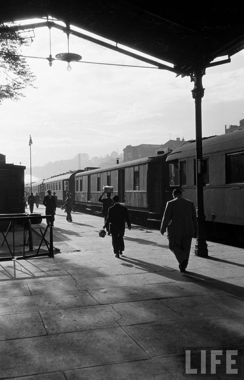 Jack Kirns photo of the Sirkeci platform in 1950. (LIFE magazine)